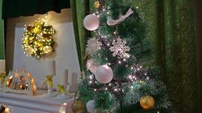 Año Nuevo y juguetes del árbol interior de los regalos del sitio de la Navidad que centellan luces y la chimenea Fotografía de archivo