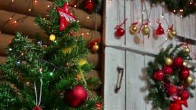 Año Nuevo y juguetes del sitio interior del árbol de los regalos de la Navidad que centellan luces y la chimenea Foto de archivo libre de regalías
