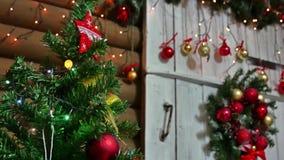 Año Nuevo y juguetes del sitio interior del árbol de los regalos de la Navidad que centellan luces y la chimenea Imagenes de archivo