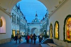 Año Nuevo y la decoración de la iluminación de la Navidad del Tretyakov pasa Fotografía de archivo