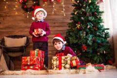 Año Nuevo y la Navidad de la familia Regalos de los niños y de la Navidad Foto de archivo