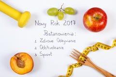 Año Nuevo y resoluciones de la inscripción polaca, frutas, pesas de gimnasia y centímetro Imágenes de archivo libres de regalías
