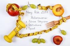 Año Nuevo y resoluciones de la inscripción polaca, frutas, pesas de gimnasia y centímetro Fotografía de archivo libre de regalías