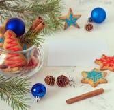 Año Nuevo y tarjeta de Navidad con las galletas, espacio para su texto Imágenes de archivo libres de regalías