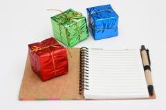 Año Nuevo y vista lateral del cuaderno de la Navidad Imagen de archivo libre de regalías