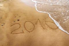 Año 2016 que dibuja en la arena Imagenes de archivo