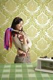 Años 60 retros de la mujer del plumero de la limpieza del ama de casa Fotografía de archivo libre de regalías