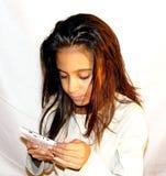 Años adolescentes de la muchacha 11 con un teléfono móvil Foto de archivo libre de regalías