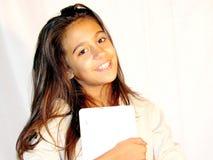 Años adolescentes de la muchacha 11 con una tableta Fotografía de archivo