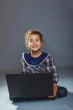 Años adolescentes del niño de la muchacha 7, aspecto europeo Imagenes de archivo
