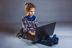 Años adolescentes del niño de la muchacha 7, de aspecto europeo Imagen de archivo