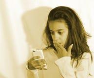 Años adolescentes del retrato 11 con un teléfono móvil Imágenes de archivo libres de regalías