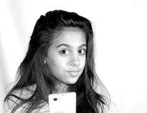 Años adolescentes del retrato 11 con un teléfono móvil Imagen de archivo