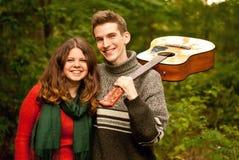 Años adolescentes felices: acampando, guitarra, primer amor… Imágenes de archivo libres de regalías