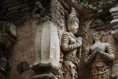 400 años arruinaron la situación y la rogación antiguas de la estatua masculina del ángel en Chiangmai, Tailandia, estatua de Bud Fotografía de archivo