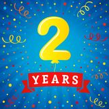2 años de celebración del aniversario con el globo y el confeti coloreados Fotos de archivo
