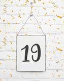 19 años de cumpleaños de la tarjeta de la fiesta con el número diecinueve con el golde Imagen de archivo libre de regalías