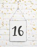 16 años de cumpleaños de la tarjeta de la fiesta con el número dieciséis con de oro Fotografía de archivo libre de regalías