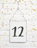 12 años de cumpleaños de la tarjeta de la fiesta con el número doce con de oro fotografía de archivo