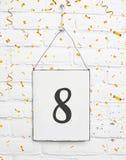 8 años de cumpleaños de la tarjeta de la fiesta con el número ocho con el co de oro Imágenes de archivo libres de regalías