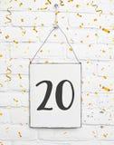 20 años de cumpleaños de la tarjeta de la fiesta con el número veinte con de oro fotografía de archivo libre de regalías