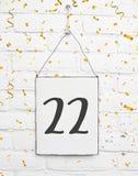 22 años de cumpleaños de la tarjeta de la fiesta con el número veintidós con gol Fotos de archivo