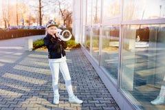 10 años de la muchacha con el uno mismo que equilibra el monopatín eléctrico Foto de archivo libre de regalías
