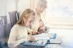10 años de la muchacha y su profesor Estudio de la niña durante su lección privada Concepto preceptoral y educativo Foto de archivo libre de regalías