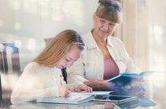 10 años de la muchacha y su profesor Estudio de la niña durante su lección privada Concepto preceptoral y educativo Imagen de archivo