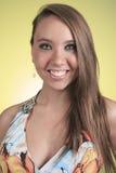 19 años de la mujer joven con un vestido delante de Foto de archivo