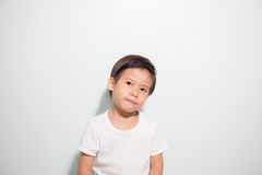 3 años de la sonrisa asiática linda del muchacho aislada en el fondo blanco Fotos de archivo libres de regalías