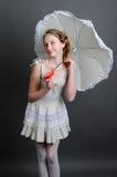 12-13 años de muchacha debajo de un paraguas Fotografía de archivo