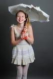 12-13 años de muchacha debajo de un paraguas Fotos de archivo libres de regalías