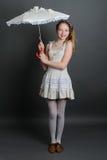 12-13 años de muchacha debajo de un paraguas Fotos de archivo