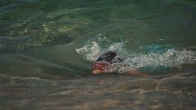 8-10 años de muchachas que nadan en el mar metrajes