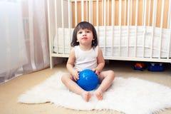 2 años de muchacho con la bola de la aptitud Fotografía de archivo libre de regalías