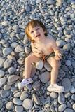 2 años de muchacho en la playa de los guijarros Fotos de archivo libres de regalías