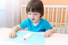 2 años de muchacho hacen el muñeco de nieve del cojín de algodón Fotografía de archivo libre de regalías