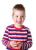 3-4 años de muchacho hermoso alegre en una camisa rayada que ríe el aislador Foto de archivo