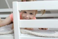 2 años de niña en su cama en casa imágenes de archivo libres de regalías