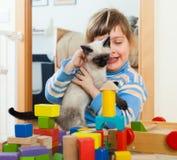 3 años de niño con el gatito Fotos de archivo