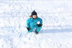 5 años de niño pequeño en guardapolvo caliente azul al aire libre en invierno Imágenes de archivo libres de regalías