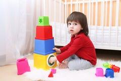 2 años de niño que juega con el juguete educativo Foto de archivo libre de regalías
