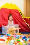 4 años de niño que juega con los juguetes Fotos de archivo libres de regalías