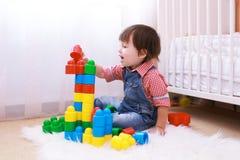 2 años de niño que juega en casa Fotos de archivo libres de regalías