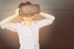 7 años de niño que juega VR Foto de archivo libre de regalías