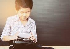 7 años de niño que juega VR Imagen de archivo libre de regalías