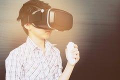 7 años de niño que juega VR Imagenes de archivo