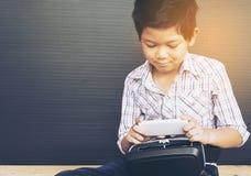 7 años de niño que juega VR Fotografía de archivo libre de regalías