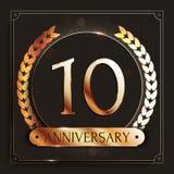 10 años del aniversario de bandera del oro en fondo oscuro Foto de archivo libre de regalías